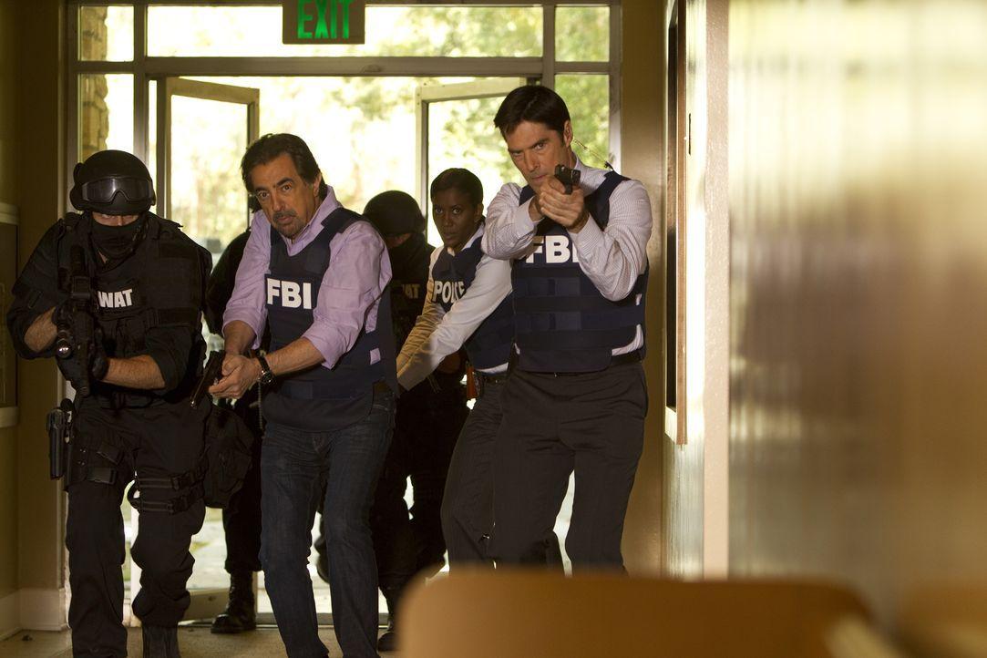 Nachdem das Team den Falschen festgenommen hat, geht die Suche nach dem brutalen Killer weiter: Rossi (Joe Mantegna, l.) und Hotch (Thomas Gibson, r... - Bildquelle: Monty Brinton 2013 American Broadcasting Companies, Inc. All rights reserved. / Monty Brinton