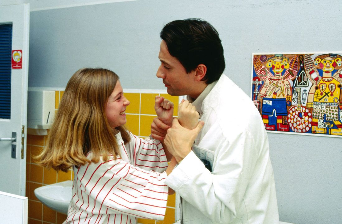 Die 15-jährige Isabelle (Meike Fellinger, l.) flippt aus. Dr. Kampmann (Ulrich Reinthaller, r.) musste ihr beibringen, dass ihr Unterschenkel amputi... - Bildquelle: Krajewsky Sat.1