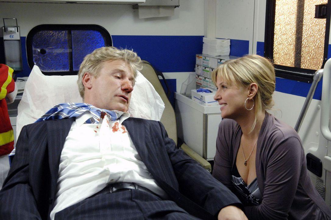 Die erste gemeinsame Verabredung von Nika (Katharina Böhm, r.) und John (Jörg Schüttauf, l.) endet in einem Krankenwagen. - Bildquelle: Claudius Pflug Sat.1