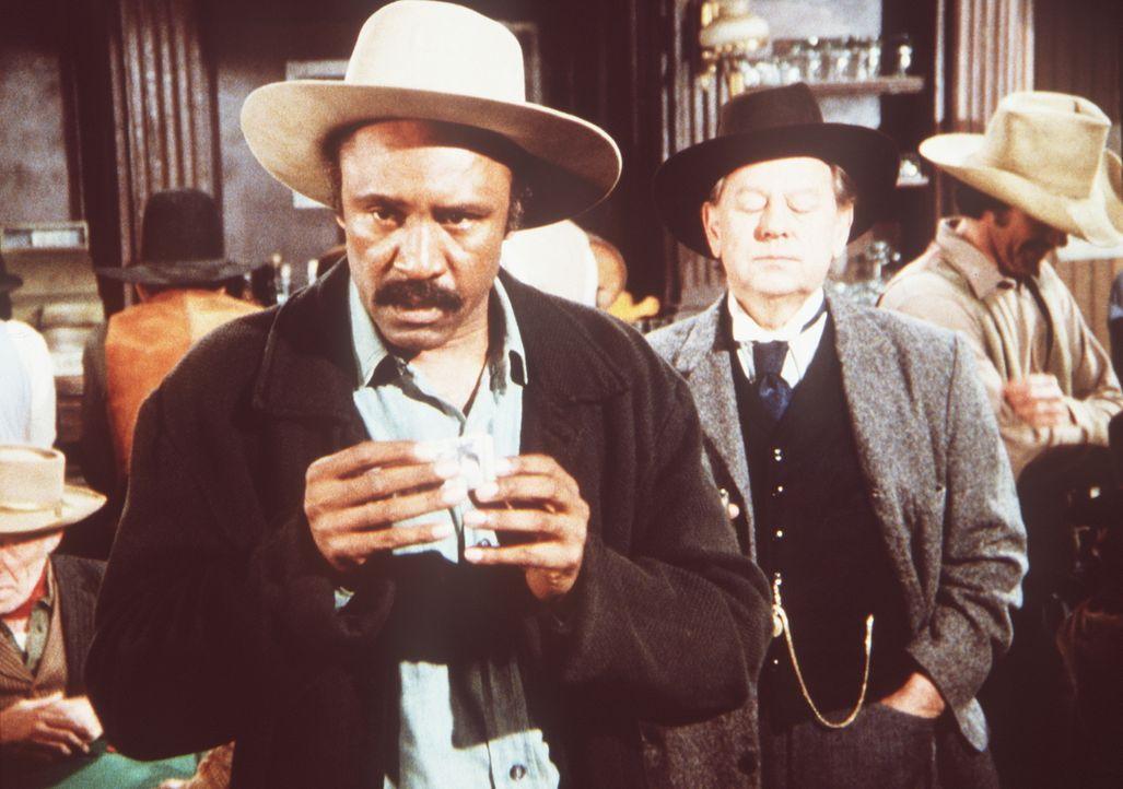 Sam (J.H. Preston, l.) hat wieder die Spielleidenschaft gepackt. Er verspielt das Geld, das er zuvor von Mr. Hicks (William Phipps, M.) für eine Lie... - Bildquelle: Worldvision