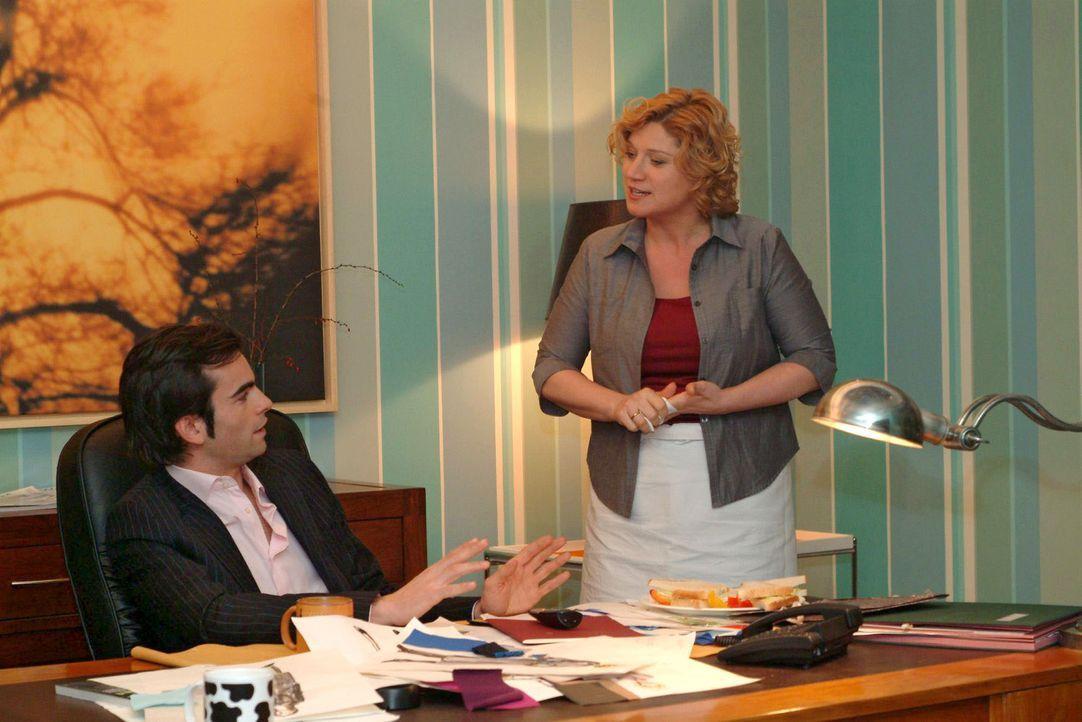 Catering-Chefin Agnes (Susanne Szell, r.) ist empört, wie Lisa von David (Mathis Künzler, l.) behandelt wird - und liest ihm die Leviten ... - Bildquelle: Monika Schürle Sat.1